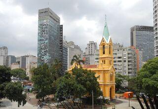 Das besetzte Hochhaus (links) in der Innenstadt von São Paulo vor dem Einsturz.