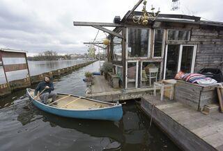 Der Fotograf Claudius Schulze fährt auch bei schlechtem Wetter zu seinem Hausboot in der Rummelsburger Bucht, um zu schauen, ob alles in Ordnung ist – und um zu arbeiten.