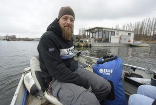 Jan Ebel lebt seit 10 Jahren überwiegend in der Rummelsburger Bucht. Er ist begeistert von dem Leben auf dem Wasser.