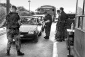 Deutsche Fallschirmjäger kontrollieren am Albanien-Grenz